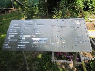 Das ist die tasbare Übersichtstafel am Hildegarten. Sie zeigt rechts einen Lageplan des Gartens und auf der linken Seite sind die Pflanzen in Schwarzschrift und Punktschrift zu finden.